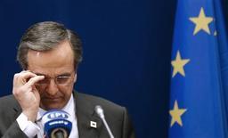 <p>Le Premier ministre grec Antonis Samaras s'attend à recevoir une nouvelle tranche d'aide internationale avant la mi-novembre, date à laquelle son pays risque de se retrouver en situation se défaut. /Photo prise le 19 octobre 2012/REUTERS/Christian Hartmann</p>