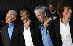 """<p>Foto de archivo de los integrantes del grupo The Rolling Stones a su llegada al estreno del documental """"Crossfire Hurricane"""" en Londres, oct 18 2012. The Rolling Stones ofrecerán un breve concierto de calentamiento en París el jueves para unos cientos de fans y anunciaron en Twitter que estaban vendiendo las entradas por 15 euros en una tienda de música del centro de la ciudad. REUTERS/Paul Hackett</p>"""