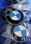 <p>BMW pourrait enregistrer une chute de 30% de ses ventes sans pour autant subir de pertes ou procéder à des licenciements, grâce à un plan anti-crise adopté par la direction et les employés, selon le magazine allemand Der Spiegel. /Photo d'archives/REUTERS/Pascal Lauener</p>