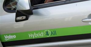 <p>L'équipementier automobile français Valeo a annoncé lundi la création d'une coentreprise avec la société V. Johnson Enterprises en vue d'acquérir l'activité systèmes de climatisation de Ford-ACH. /Photo prise le 27 juillet 2012/REUTERS/Bertrand Langlosi/Pool</p>