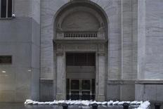 <p>Devant l'entrée du New York Stock Exchange, à Manhattan. NYSE Euronext et Nasdaq OMX Group et Bats Global Markets ont annoncé la fermeture de leurs marchés américains mardi, en raison du passage de l'ouragan Sandy. /Photo prise le 29 octobre 2012/REUTERS/Andrew Kelly</p>