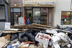<p>Una mujer sale de una farmacia dañada por una inundación mientras en las calles se observan escombros acumulados, Hoboken, EEUU, nov 2012. Grupos de rescate seguían luchando el viernes por develar el alcance de la muerte y la devastación que dejó la tormenta Sandy en las costas de Nueva York y Nueva Jersey cuatro días después de su impacto, al tiempo que aumentaba la ira de los residentes por la falta de combustible y de energía eléctrica. REUTERS/Gary Hershorn</p>