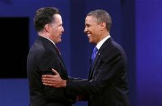 <p>El presidente de Estados Unidos, Barack Obama (a la derecha en la imagen), y su rival en los próximos comicios, el republicano Mitt Romney, durante su último debate en Boca Raton, oct 22 2012. El presidente Barack Obama y su rival, el republicano Mitt Romney, están empatados a nivel nacional de cara a la elección del martes, pero el mandatario tiene una leve ventaja en tres de los estados más reñidos, según un sondeo de Reuters/Ipsos publicado el viernes. REUTERS/Kevin Lamarque</p>