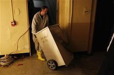 <p>Foto de archivo de un trabajador en el sótano del edificio Verizon en Manhattan, EEUU, nov 1 2012. La actividad del sector servicios en Estados Unidos creció en octubre, aunque a un ritmo menor al del mes previo y al esperado por el mercado, mostró el lunes un informe. REUTERS/Carlo Allegri</p>