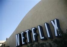 """<p>Foto de archivo de la casa matriz de Netflix en Los Gatos, EEUU, sep 20 2011. Netflix Inc anunció el lunes que ha adoptado la estrategia de defensa de la """"píldora venenosa"""" frente a una adquisición hostil, días después de que el activista inversor Carl Icahn revelara que tiene una participación en la empresa de alquiler de videos. REUTERS/Robert Galbraith</p>"""
