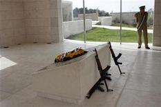 <p>Imagen de archivo de un oficial de la guardia presidencial palestina junto a la tumba del ex líder palestino Yasser Arafat en Ramallah, oct 24 2012. El cuerpo del ex líder palestino Yasser Arafat será exhumado el 26 de noviembre, como parte de una investigación para determinar si fue asesinado, dijo el lunes un diplomático europeo. REUTERS/Mohamad Torokman</p>