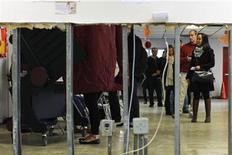 <p>Un grupo de personas en la fila de ingreso a las urnas electores durante las elecciones presidenciales de Estados Unidos en Hoboken, nov 6 2012. Los estadounidenses votaban el martes tras una larga e intensa campaña, donde los sondeos muestran al actual presidente y candidato demócrata, Barack Obama, y a su rival republicano, Mitt Romney, cabeza a cabeza, en una elección que se definirá en un puñado de estados del país. REUTERS/Eduardo Munoz</p>