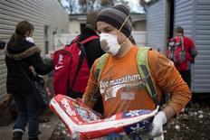 <p>Un grupo de participantes de la maratón de Nueva York ayuda con la limpieza de escombros en un barrio de Nueva York, nov 4 2012. Una semana después de que la súper tormenta Sandy causara estragos en la ciudad de Nueva York y sus alrededores, las escuelas reabrieron sus puertas el lunes y millones de personas lucharon por abordar el metro, los buses y trenes suburbanos en un agotador esfuerzo por llegar a sus puestos de trabajo. REUTERS/Adrees Latif</p>
