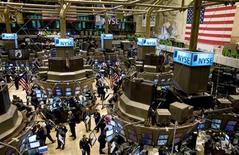 <p>Imagen de archivo de un grupo de operadores en el parqué de Wall Street en Nueva York, nov 28 2007. Operadores e inversores parecen estar de acuerdo en una cosa sobre la elección presidencial estadounidense del martes: los mercados quieren que haya un claro ganador el miércoles por la mañana. REUTERS/Jeff Zelevansky</p>