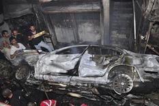 <p>Una multitud reunida junto al sitio de una explosión en Hai al-Wuroud, cerca de Damasco, nov 6 2012. La explosión de varias bombas provocó el martes la muerte de al menos 15 personas y lesionó a decenas más en un distrito de la capital de Siria habitado fundamentalmente por miembros de la secta alauita a la que pertenece el presidente Bashar al-Assad, dijeron activistas de la oposición que busca derrocarlo. REUTERS/SANA/Handout Imagen para uso no comercial, ni ventas, ni archivos. Solo para uso editorial. No para su venta en marketing o campañas publicitarias. Esta imagen fue entregada por un tercero y es distribuida, exactamente como fue recibida por Reuters, como un servicio para clientes.</p>
