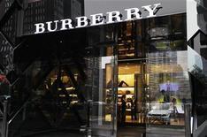 <p>Foto de archivo de una tienda de la cadena Burberry en Pekín, jul 11 2012. La marca de lujo británica Burberry dijo que está en buena forma de cara a la Navidad debido a que los compradores más ricos siguen gastando en sus productos de alta gama. REUTERS/Jason Lee</p>
