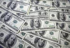 <p>Imagen de archivo de una serie de billetes de 100 dólares en una ilustración realizada en Seúl, sep 20 2011. El dólar subía el miércoles a máximos en dos meses contra las principales monedas, mientras los inversores giraban su atención hacia los problemas fiscales de Estados Unidos luego de la reelección de Barack Obama, lo que impulsaba las compras del billete verde. REUTERS/Lee Jae-Won</p>