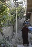<p>Una multitud reunida en el sitio de una explosión de una bomba en el distrito Mezze 86 de Damasco, nov 7 2012. Los rebeldes sirios dispararon morteros el miércoles sobre el palacio del presidente Bashar al-Assad en Damasco, aunque erraron el blanco, en un ataque que subraya la creciente audacia de las fuerzas que luchan por poner fin a los 42 años de gobierno de la familia Assad. REUTERS/SANA/Handout Imagen para uso no comercial, ni ventas, ni archivos. Solo para uso editorial. No para su venta en marketing o campañas publicitarias. Esta imagen fue entregada por un tercero y es distribuida, exactamente como fue recibida por Reuters, como un servicio para clientes.</p>
