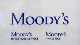 <p>Foto de archivo del logo de la compañía de calificaciones crediticias Moody's Investor Services en sus oficinas de París, oct 24 2011. Moody's Investors Service dijo el miércoles que suspenderá su decisión sobre si recorta o no la calificación crediticia de Estados Unidos hasta que se complete el proceso de presupuesto del 2013. REUTERS/Philippe Wojazer</p>