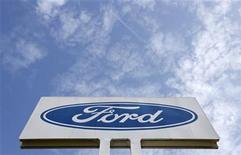 <p>Foto de archivo del logo de Ford en su planta de Genk, Bélgica, oct 24 2012. La automotriz estadounidense Ford Motor Co, que planea cerrar tres fábricas y eliminar 6.200 empleos en Europa para contener pérdidas, dijo el miércoles que no puede descartar más recortes en la región si el mercado automotor se deteriora más. REUTERS/Francois Lenoir</p>