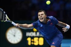 <p>Le Français Jo-Wilfried Tsonga, huitième joueur mondial, a essuyé mercredi face au Tchèque Tomas Berdych (7-5 3-6 6-1) une deuxième défaite consécutive au Masters de fin d'année, à l'O2 Arena de Londres. Avec ce nouvel échec, le Manceau aura impérativement besoin d'un succès en deux sets vendredi face à Andy Murray, battu dans l'après-midi par Novak Djokovic (4-6 6-3 7-5). /Photo prise le 7 novembre 2012/REUTERS/Dylan Martinez</p>