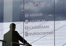 <p>EADS confirme ses prévisions de résultats pour 2012 après des résultats supérieurs aux attentes au troisième trimestre, grâce aux performances d'Airbus. /Photo prise le 13 septembre 2012/REUTERS/Tobias Schwarz</p>