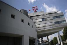 <p>Deutsche Telekom a confirmé jeudi ses prévisions de bénéfice et de dividende pour 2012 tout en annonçant un excédent brut d'exploitation (EBE) supérieur aux prévisions, reposant sur sa performance en Allemagne. /Photo prise le 24 mai 2012/REUTERS/Wolfgang Rattay</p>