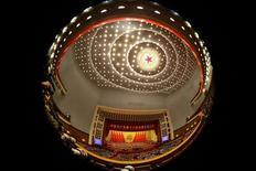 """<p>Délégués réunis dans le Palais de l'assemblée du peuple à Pékin pour le XVIIIe Congrès du Parti communiste chinois. Hu Jintao a vivement dénoncé jeudi la corruption comme une menace qui pourrait compromettre l'existence de l'Etat lors d'un """"discours à la nation"""", au cours duquel le vice-président Xi Jinping devrait lui succéder avant d'accéder à la présidence. /Photo prise le 8 novembre 2012/REUTERS/Jason Lee</p>"""
