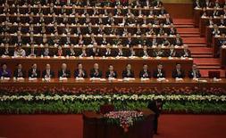 <p>Délégués à Pékin lors du XVIIIe congrès du Parti communiste. La Chine va accroître le rôle des marchés en matière de changes et de taux d'intérêt, augmenter ses investissements à l'étranger et investir dans l'industrie pour conforter l'objectif d'un doublement de son produit d'intérieur brut d'ici 2020, a déclaré jeudi son président, Hu Jintao. /Photo prise le 8 novembre 2012/REUTERS/Jason Lee</p>