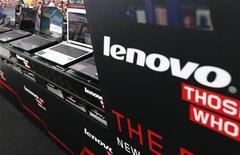 <p>Lenovo Group a enregistré au deuxième trimestre sa plus faible croissance du bénéfice depuis plus de deux ans, en raison de l'engouement du public pour les appareils mobiles. /Photo prise le 5 septembre 2012/REUTERS/Kim Kyung-Hoon</p>