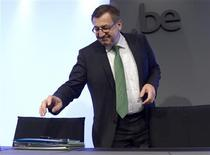 <p>Conférence de presse à Bruxelles du ministre belge des Finances Steven Vanackere sur Dexia. La Belgique et la France vont réinjecter 5,5 milliards d'euros dans la banque franco-belge, dont les pertes se sont creusées au 3e trimestre du fait des cessions d'actifs engagées dans le cadre de son démantèlement. /Photo prise le 8 novembre 2012/REUTERS/Eric Vidal</p>