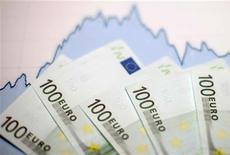 <p>Pierre Moscovici a déclaré jeudi que la France maintenait sa prévision de croissance à 0,8% l'an prochain. Ce chifre représente le double de celle de la Commission européenne, qui se montre moins optimiste sur la conjoncture européenne. /Photo d'archives/REUTERS/Dado Ruvic</p>