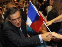 <p>Francois Fillon, lors d'un meeting à Marseille. L'ancien Premier ministre, qui a été hospitalisé mercredi à Paris pour un calcul rénal, devrait reprendre rapidement sa campagne pour la présidence de l'UMP. /Photo prise le 11 octobre 2012/REUTERS/Jean-Paul Pélissier</p>