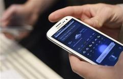 <p>Le Galaxy S3 de Samsung Electronics est devenu au troisième trimestre le smartphone le plus vendu au monde, supplantant ainsi l'iPhone d'Apple, qui occupait le premier rang depuis plus de deux ans, selon le cabinet d'études Strategy Analytics. /Photo prise le 3 mai 2012/REUTERS/Ki Price</p>