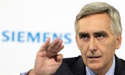 <p>Le président du directoire de Siemens, Peter Löscher. Le conglomérat industriel allemand veut économiser six milliards d'euros d'ici la fin de l'exercice fiscal 2014, soit plus qu'on ne le pensait, Siemens s'employant à rester compétitif dans une conjoncture économique internationale déprimée. /Photo prise le 8 novembre 2012/REUTERS/Tobias Schwarz</p>