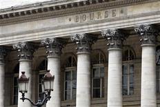 <p>A la Bourse de Paris, à 12h34, l'indice CAC 40 avance de 0,42% à 3.424,08 points, après avoir cédé 2,4% sur les trois premières séances de la semaine. /Photo d'archives/REUTERS/Charles Platiau</p>