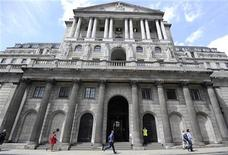 <p>La Banque d'Angleterre a annoncé jeudi un statu quo en matière de taux et de niveau des rachats d'obligations d'Etat, certains membres de l'institut d'émission se montrant inquiets au sujet de possibles tensions inflationnistes. /Photo prise le 15 juin 2012/REUTERS/Paul Hackett</p>