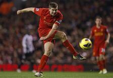 <p>Le milieu de terrain de Liverpool Steven Gerrard pourrait devenir le sixième joueur à atteindre cent sélections en équipe d'Angleterre après avoir été retenu pour le match amical de mercredi prochain en Suède. /Photo prise le 4 novembre 2012/REUTERS/Phil Noble</p>