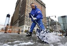 <p>Gilber Hernandez limpia nieve de una acerca en el distrito financiero de Nueva York, nov 8 2012. Una tormenta invernal inusual para la época y cargada de nieve, lluvia y peligrosos vientos impactaba el jueves el noreste de Estados Unidos, dejando nuevamente sin luz a muchos residentes de la región más poblada del país, justo cuando apenas empezaba a recuperarse del paso de Sandy. REUTERS/Brendan McDermid</p>