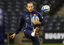 <p>Frédéric Michalak s'est fait attendre près de trois ans, depuis sa dernière visite à Marcoussis en février 2010, mais il a effectué jeudi un retour aux sources au Centre national du rugby. /Photo d'archives/REUTERS/David Moir</p>