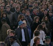 <p>Les Français sont en majorité contre la hausse de TVA annoncée par le gouvernement pour financer partiellement un crédit d'impôt destiné à aider les entreprises françaises à améliorer leur compétitivité, montrent deux sondages publiés jeudi. /Photo prise le 25 octobre 2012/Charles Platiau</p>