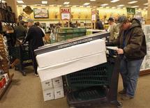 <p>Foto de archivo de un cliente de compras al interior de una tienda cabelas en Fort Worth, EEUU, nov 27 2009. El crecimiento de la economía estadounidense se aceleró en el tercer trimestre, cuando un tardío impulso en el gasto del consumidor y un sorpresivo giro en desembolsos gubernamentales compensó el primer recorte en inversiones de empresas en más de un año. REUTERS/Jessica Rinaldi</p>