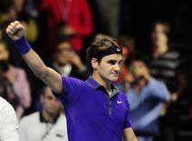 <p>Fort de sa victoire 6-4 7-6 contre l'Espagnol David Ferrer, le Suisse Roger Federer a assuré sa place en demi-finales du Masters de Londres. /Photo prise le 8 novembre 2012/Kieran Doherty</p>
