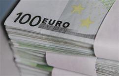 <p>Le ministre de l'Economie Pierre Moscovici a déclaré jeudi que la future banque des collectivités locales françaises, qui associera la Banque postale et la Caisse des dépôts, sera en mesure de leur offrir environ cinq milliards d'euros de prêts par an. /Photo d'archives/REUTERS/Thierry Roge</p>