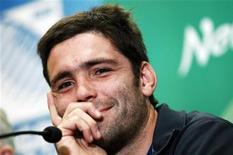 <p>Le demi de mêlée Dimitri Yachvili sera de retour dans le XV de départ du Biarritz olympique samedi en Top 14 face à Perpignan. Le buteur attitré des Biarrots avait joué une vingtaine de minutes face à Mont-de-Marsan lors de la première journée du Top 14 mais des douleurs lombaires persistantes l'avaient contraint à subir une opération à la fin du mois d'août. /Photo d'archives/REUTERS/Jacky Naegelen</p>