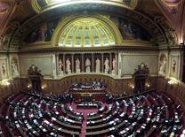<p>L'hémicycle du Sénat. Le Parlement français a décidé que le 19 mars, date du cessez-le-feu en Algérie, serait désormais une journée nationale de souvenir en hommage aux victimes du conflit, au grand dam de l'opposition de droite qui y voit un facteur de division. Le Sénat a adopté par 181 voix, celles de la gauche, contre 155, celles de la droite, une proposition de loi socialiste qui avait été votée le 22 janvier 2002 par l'Assemblée nationale alors que la gauche y était majoritaire. /Photo d'archives/REUTERS/Charles Platiau</p>