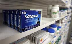 <p>La Cour suprême du Canada a invalidé jeudi le brevet canadien de fabrication du Viagra, le médicament vedette de Pfizer pour le dysfonctionnement érectile, ouvrant la porte à une concurrence générique. /Photo d'archives/REUTERS/Mark Blinch</p>