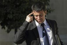 """<p>Manuel Valls a exclu toute régularisation massive d'immigrés en présentant au Sénat son projet de loi qui prévoit de remplacer la garde à vue des sans-papiers, devenue illégale, par une """"retenue"""" pouvant aller jusqu'à seize heures. /Photo prise le 19 septembre 2012/REUTERS/Philippe Wojazer</p>"""