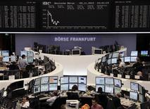 <p>Les Bourses européennes évoluent en baisse à mi-séance, les difficultés budgétaires aux Etats-Unis et la crise européenne pesant lourdement sur la tendance. À Francfort, le Dax perdait 0,94% vers 11h45 GMT et à Londres, le FTSE reculait de 0,43%. À Paris, le CAC 40 cédait 0,2% à 3.400,70 points. /Photo prise le 9 novembre 2012/REUTERS/Remote/Lizza David</p>