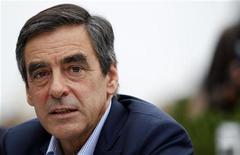 <p>François Fillon, qui avait été hospitalisé mercredi à Paris pour un calcul rénal, a quitté vendredi l'hôpital du Val-de-Grâce de Paris et reprendra dès samedi sa campagne pour la présidence de l'UMP. /Photo prise le 30 août 2012/REUTERS/Vincent Kessler</p>