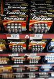 <p>Foto de archivo de una serie de baterías Energizer en una tienda de Wal-Mart en Chicago, ene 24 2012. Energizer Holdings Inc dijo el jueves que recortaría más del 10 por ciento de su fuerza laboral, alrededor de unos 1.500 puestos, en un intento por impulsar los resultados en su negocio de baterías. REUTERS/John Gress</p>