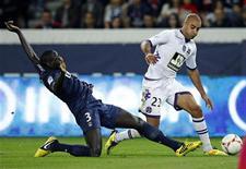 <p>Le Toulousain Aymen Abdennour, taclé par le Parisien Mamadou Sakho. A seulement 23 ans, Aymen Abdennour est devenu le pilier de la défense du club de Toulouse. /Photo prise le 14 septembre 2012/REUTERS/Benoît Tessier</p>