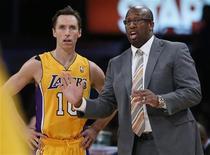 <p>Les Los Angeles Lakers ont limogé leur entraîneur Mike Brown (à droite) après un début de saison raté malgré un recrutement prestigieux, rapporte vendredi le Los Angeles Times. /Photo prise le 30 octobre 2012/REUTERS/Lucy Nicholson</p>