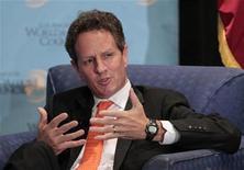 """<p>Alors qu'il avait dit qu'il quitterait son poste en cas de réélection de Barack Obama, Timothy Geithner, secrétaire américain au Trésor, compte finalement rester à son poste au moins jusqu'en avril 2013 pour aider la seconde administration Obama à conclure avec le Congrès un accord sur la question du """"mur budgétaire"""". /Photo prise le 31 juillet 2012/REUTERS/Mario Anzuoni</p>"""
