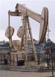 <p>Foto de archivo de un pozo petrolero en Los Angeles, EEUU, mayo 6 2008. Estados Unidos superará a Arabia Saudita como el principal productor mundial de petróleo para el 2017, debido a una fuerte alza en la producción de crudo y gas no convencional que llevaría al país a conseguir la autosuficiencia energética, dijo el lunes la Agencia Internacional de Energía (AIE). REUTERS/Hector Mata</p>